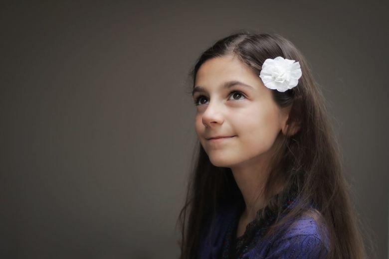 L.I.E.S. in serre licht - Mevrouw wilde een foto met een bloem in d'r haar. Snel geimproviseert en een kruk op de rand van de serre gezet zodat ze wat