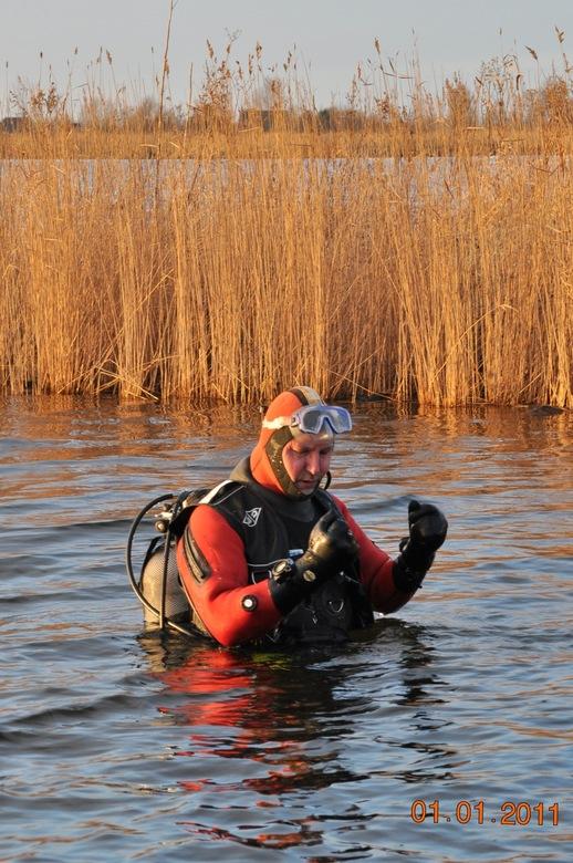 Nieuwjaarsduik 2011 - Elk jaar op 1 januari gaat de duikvereniging DTA uit Amsterdam Noord duiken in het Twiske.<br /> <br /> En je handen bevriezen