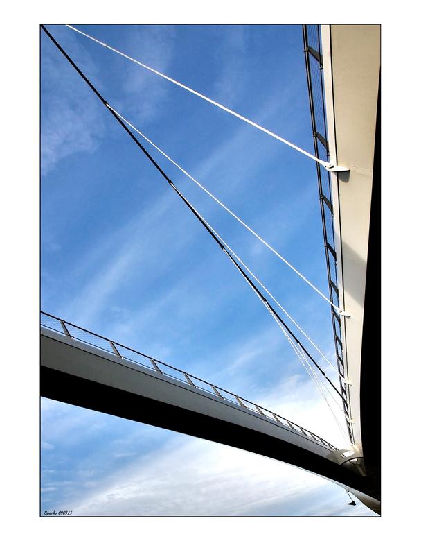Nescio 6 - bijzondere brug in het ochtend licht<br /> <br /> brug van onderen in combinatie met de lucht geeft een bijzondere kijk op de ruimte.<br