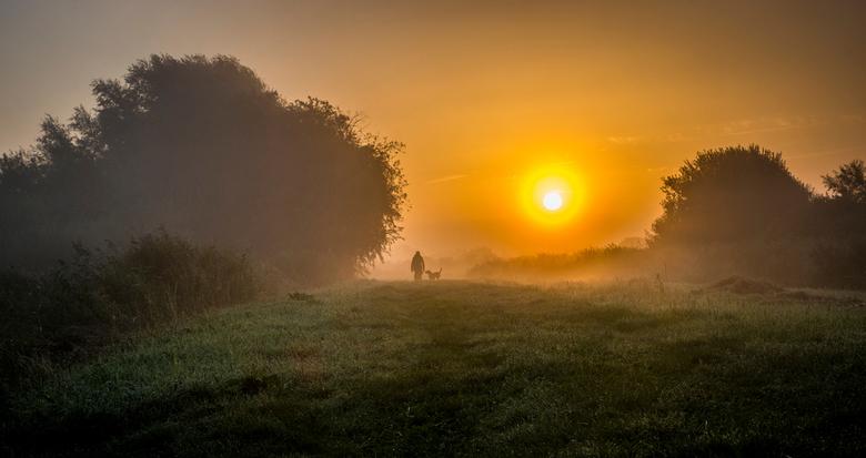 Ochtendwandeling - Niet alleen ik was vroeg. Ook deze hondenbezitter genoot van de zonsopkomst.