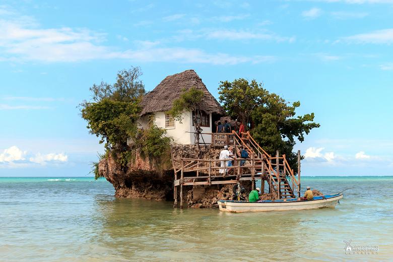 Zanzibar - The Rock op Zanzibar. Dit is een restaurant midden in het water. Met vloed moet je zwemmen of met een bootje en met eb kan je gewoon lopen.