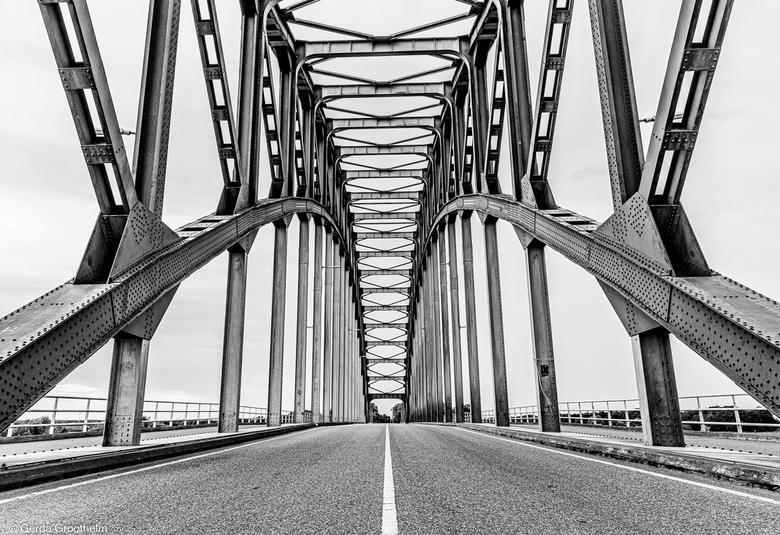 symmetrieIJsselbrug-in Zwart Wit - De IJsselbrug bij Zwolle kunnen fotograferen zonder wegverkeer. De foto in zwart wit omgezet en zo gekaderd dat het