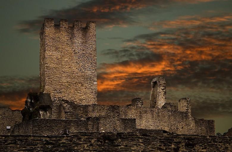 story,s - oude kastelen..ik hou er van.ronddwalen de stenen aanraken en me voorstellen welke verhalen ze zouden kunnen vertellen...van vele eeuwen...<