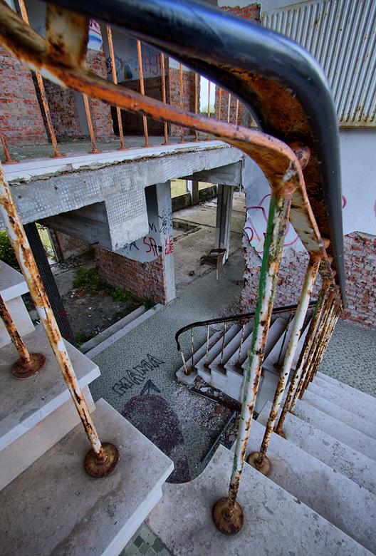 Zuivelfabriek 1 - Op 24-8-2009 hebben Jos en ik ook nog een bezoek gebracht aan de restanten van een zuivelfabriek.<br /> <br /> Het is een hdr foto