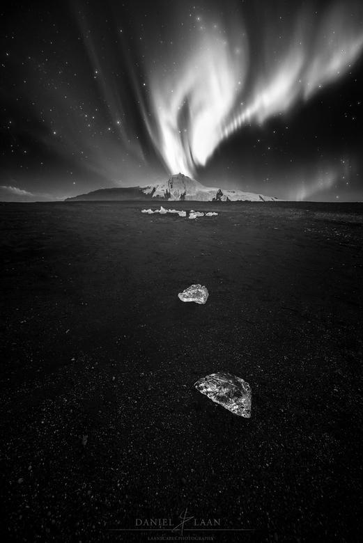Lyra - IJsland's hoogste berg, de Hvannadalshnúkur, is te zien vanaf het wereldberoemde zwarte strand bij gletsjermeer Jökulsárlón. Het ijs refle