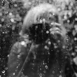 regendruppels op het vensterraam