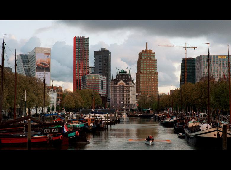Haringvliet Rotterdam - Roeiers op de Haringvliet, met op de achtergrond een deel van de skyline van Rotterdam. Zicht op de Oude Haven. Vooraan het Wi