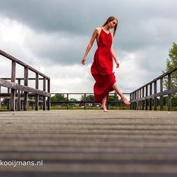 Model met rode jurk buiten