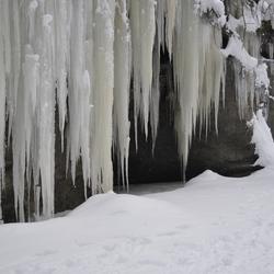 Bevroren rivier met ijspegels