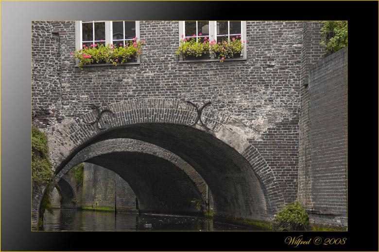 Gracht Den Bosch - Gracht in Den Bosch in zwart/wit met enkele kleuraccenten.
