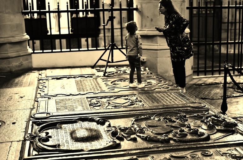 Luister even... - … gespot in de Grote Kerk/ Dordrecht, onder deze grafstenen liggen de doden.
