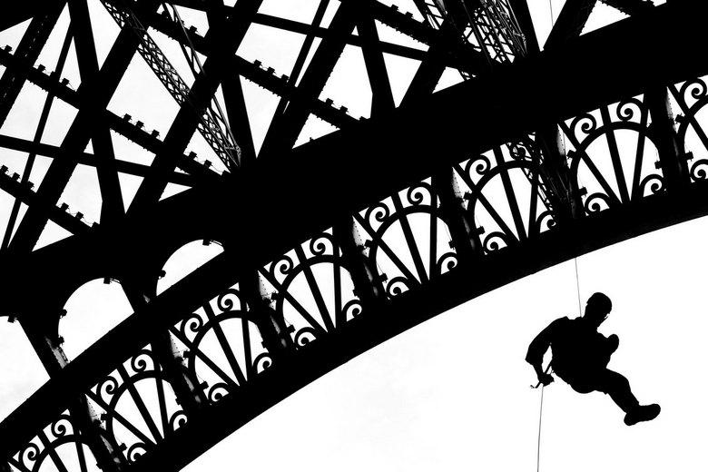 Eiffel Tower Abseiling - Abseilen van de Eiffeltoren, door het leger van Frankrijk. Parijs.<br /> <br /> parijs, france, frankrijk, eiffeltoren, eif
