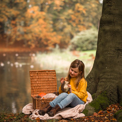 Meisje met egeltje in herfst bos