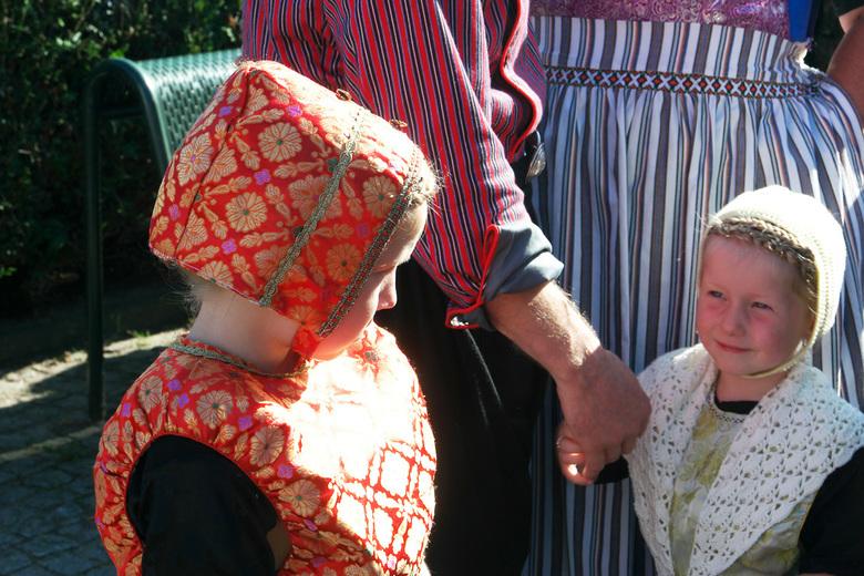 Verlegen in klederdracht - De eerste Nationale Dag van de Klederdracht in Urk was prachtig.