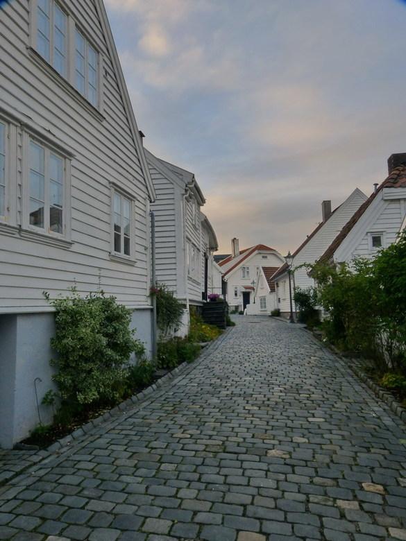 Oud Stavanger Noorwegen. - Je houdt je adem in aks je door de smalle geplaveide straatjes met kleine wit geschilderde huizen loopt.<br /> Geen enkel