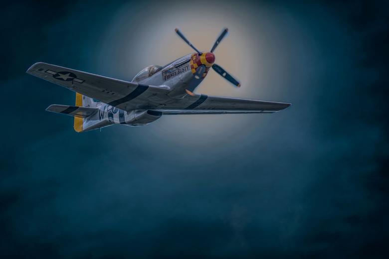 _DSC5224 P51 Mustang nacht - Genomen tijdens d VSV Breda Airshow en vervolgens bewerkt tot dit resultaat. Het was wat experimenteel.