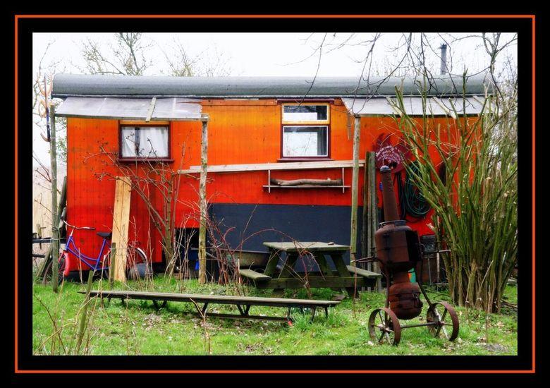Keet - Kunstenaars Keet in Ruigoord. Op een saaie dag toch nog heel veel kleur