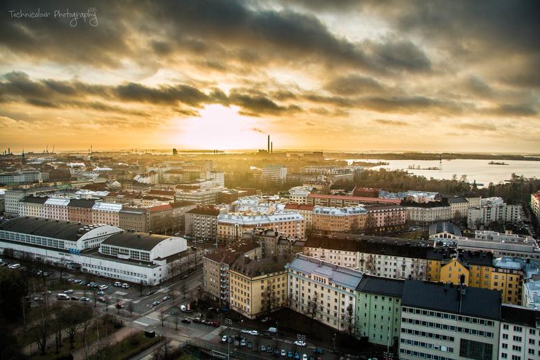Haloo Helsinki - Nyt Itämeren tyttärellä<br /> On hyvä olo, sydän hellä<br /> Nyt mieli lentää korkealla<br /> Tän betonisen taivaan alla<br /> <b