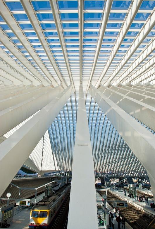 Lijnenspel - Ook het dak van het station in Luik blijft niet ongezien door de cameralens