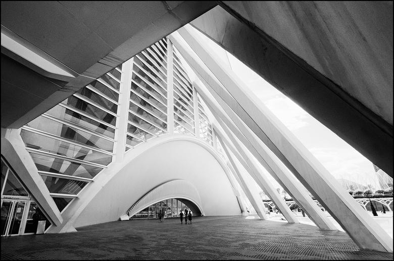 Artistieke architectuur 43 - Meestal zie je bij architectuurfotografie geen mensen in beeld. Ik neem aan dat men dat niet doet om het beeld rustig te