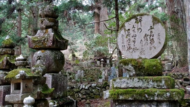 Begraafplaats Okunion - Een indrukwekkende Boeddhistische begraafplaats met meer dan 200.000 graven van (beroemde) Japanners.