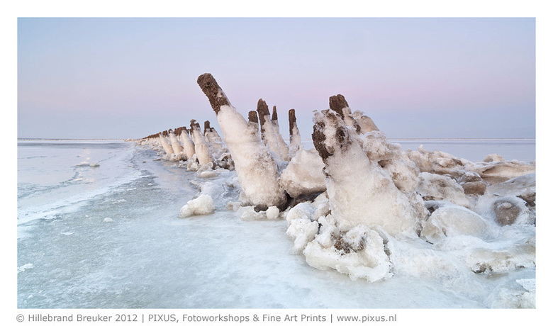 Arctic Wad - De bevroren Waddenzee. Een bijzondere ervaring om zo over het Wad te lopen. De opname is gemaakt voor zonsopkomst.