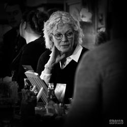 dame aan de bar
