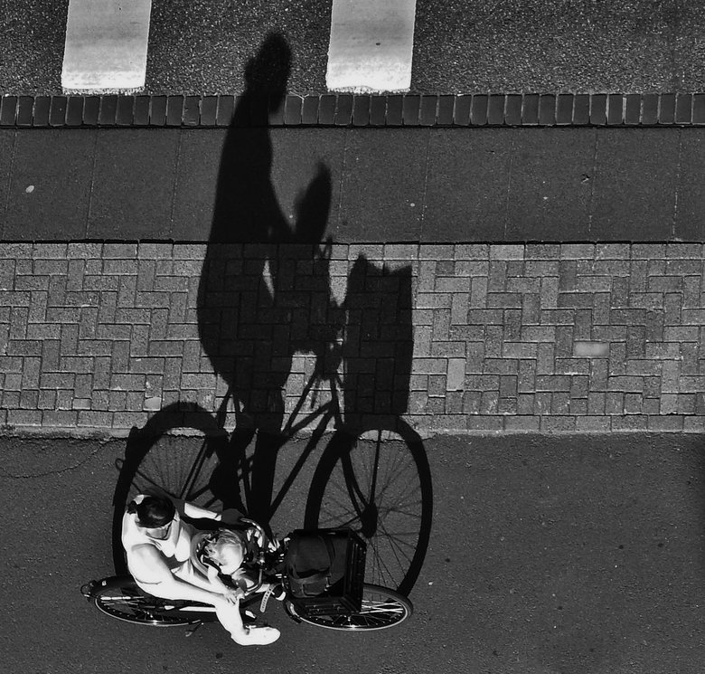 Voorop - Vrouw met kind voorop de fiets
