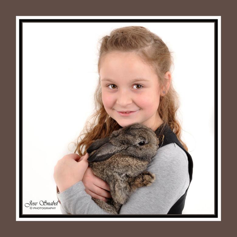 Dieren liefde 2 - Foto 2. Twee vriendinnen met hun konijn. Beide konijnen hete Pip.<br /> Was super leuk om te doen.