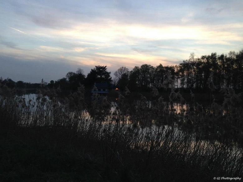 Natuur - Langs het water bij valavond