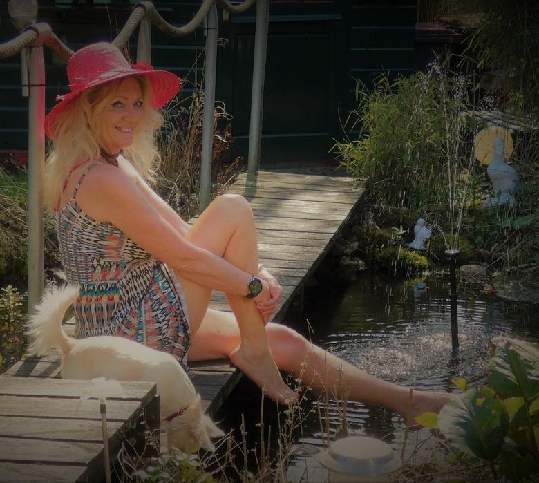 P1030054 - een zonnige dag relaxing bij de tuinvijver.