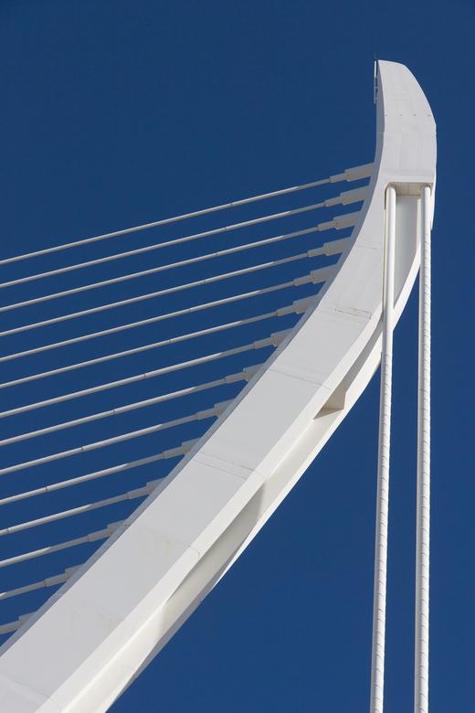lijnenspel - Gedeelte van een brugophanging in Valencia