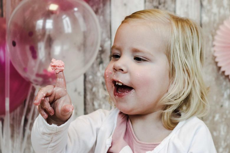 Smash it!? - Heerlijk lekker met je handen taart eten!!! Maar dit meisje bleef een prinsesje en at de taart redelijk netjes! ...dus geen echte cake sm