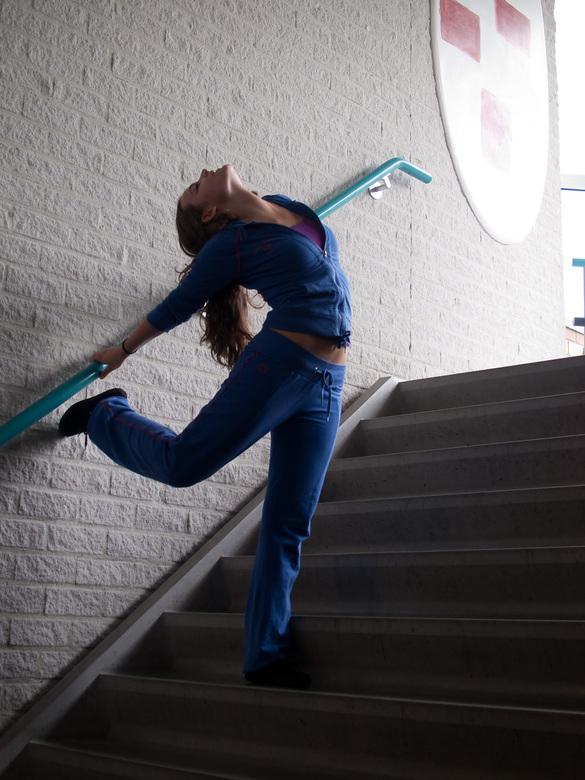"""ala barre - Dansen kan overal, ook op de trappen van school. <img  src=""""/images/smileys/wilt.png""""/><br /> <br /> Hier zie je een leerling van mijn d"""