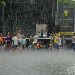 Dolle pret tijdens een felle regenbui