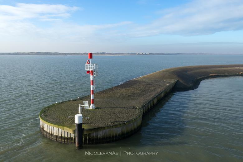 Texel havenhoofd. - Bij de aankomst op Texel vaart de TESO netjes tussen de armen  door.  Vanaf de boot heb je prachtig uitzicht over de aankomsthaven