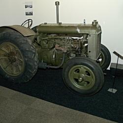 Tractor als trekker voor een kanon.