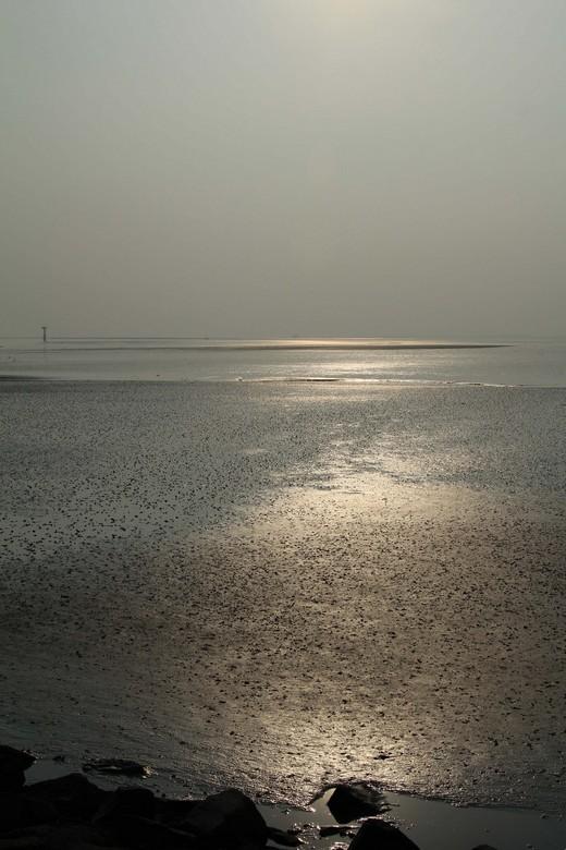 een prachtige gloed over het Wad bij Ameland - De hele dag was het  vrijwel bewolkt, maar heerlijk warm, zo tegen de avond kwam de zon er eventjes doo