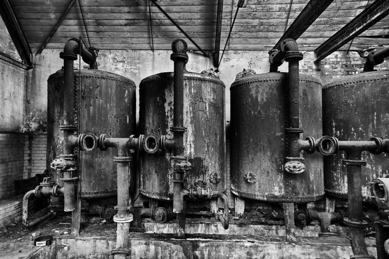 Beelitz 18 - Albert (dutchal) vroeg of ik de roestige ketels ook al in zwartwit had bekeken. Daar heb ik me op geworpen en wat gespeeld met de NIK plu