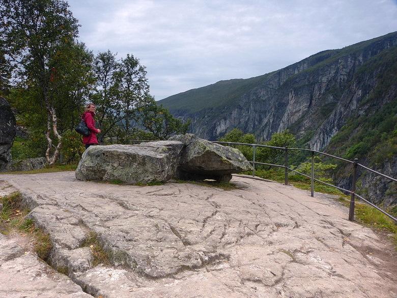 Mabodalen Ravijn. - Hier staat Riet bij de kloof, van Mabodalen Ravijn in de gemeente Eindfjord bij Maurset , langs de weg nr 7 Noorwegen.<br /> In 1
