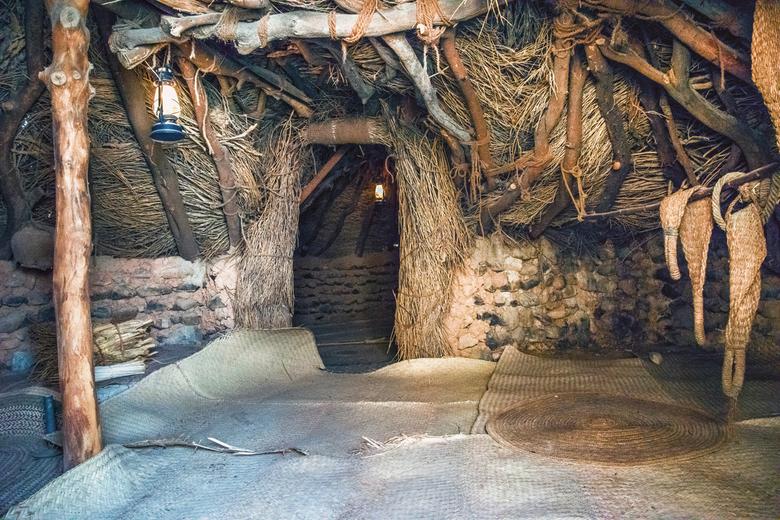 bedoeinen hut - Dit is dan zo'n hut waar ze in leefden , van binnen zag het er prachtig uit met kussens en tapijten , de mensen leefden buiten en