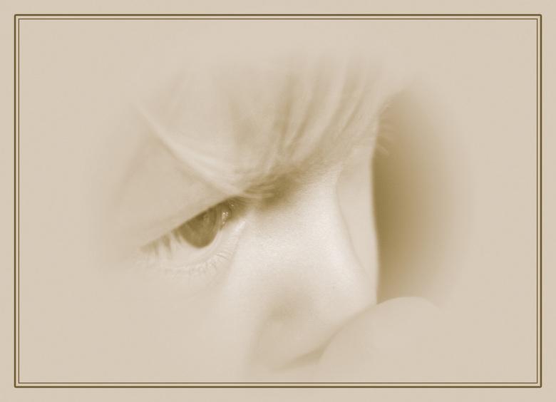 Lekker duimpje - Close up van mijn dochter Baukje bewerkt in photoshop om het een dromerig sfeertje te geven.