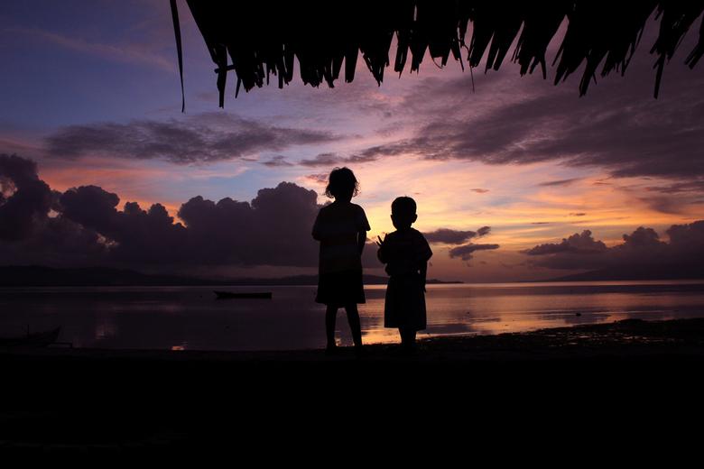 Thuis - De mooiste zonsondergang, omdat ik omringd was met mijn nichtjes en neefjes aan de andere kant van de wereld (Molukken, Indonesië). Ik was ein