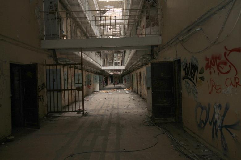 de gangen in een gevangenis  -