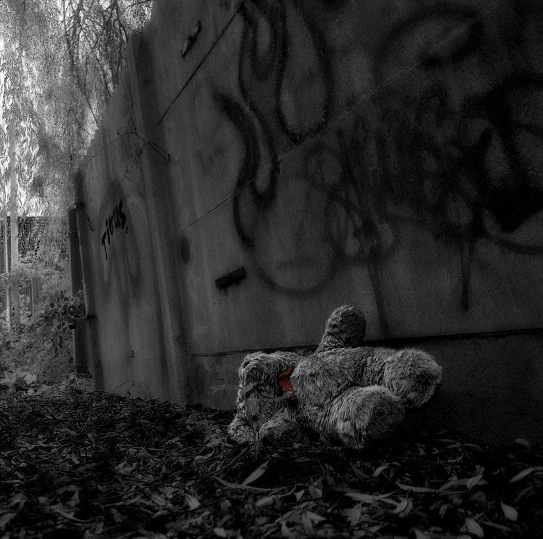 abandoned 2  - Naar aanleiding van de reacties op de vorige upload ben ik nog eens gaan kijken bij de foto's van dit plekje en heb er voor gekoze
