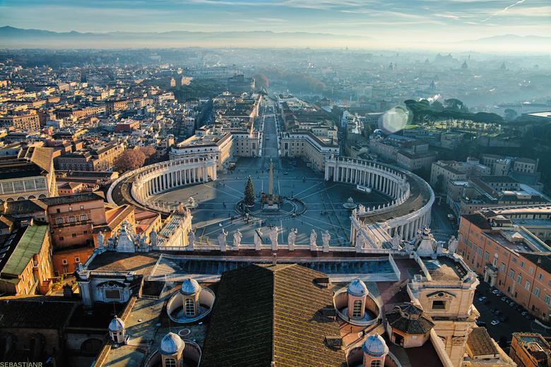 St. Pieter zonsopkomst - De St. Pieter en het plein in Vaticaanstad, gezien vanaf de ´cupola´ op een vroege decembermorgen.