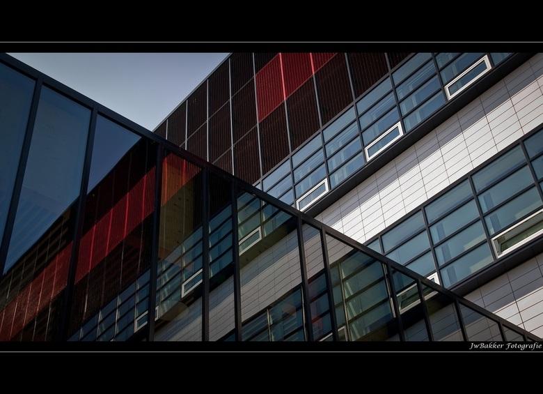 Utwente 5 - Reflection - Deze foto is genomen van een gebouw die op de campus van de Universiteit Twente staat. Bij het langslopen viel mijn oog op de