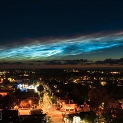 Lichtende nachtwolken boven Groningen