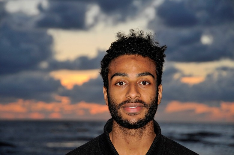 straatportretfoto 935 - weer een jongeman op het strand van Zandvoort tijdens de zonsondergang, dus portretopname gevraagd te mogen nemen.geen enkel p