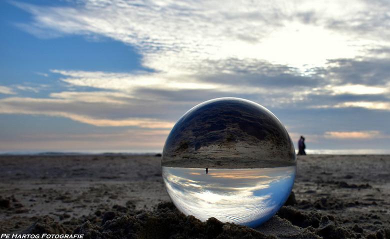 Upsidedown - De sunset gisteravond (25-6-2015) gezien door een glazen bol.<br /> <br /> Strand Wijk aan Zee.